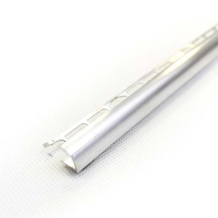 alumínium C pozitív profil, 1szál hossza 250 cm,. A termék finom vonalvezetésének köszönhetően, esztétikusan ívelt élképzéssel lezárhatja burkolatok pozitív éleit. 1 csomag 10 szál terméket tartalmaz. Csomagbontás felár nélkül történik.