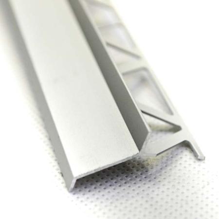 Salag terasz vízorr natúr alumínium profil, 1szál hossza 250 cm. A termék vonalvezetésének köszönhetően, könnyedén levezeti és lecsöppenti a teraszon fégig folyó vízet. A teraszprofil univerzális több féle vastagságú lapokhoz is beépíthető, mert az ütköző perem maximum 3,5 mm. Nagyon fontos, hogy az ütköző perem és burkolat csatlakozása kültéren felhasználható, fugaszín azonos, vagy színtelen rugalmas szilikonnal kerüljön kihúzásra. 1 csomag 10 szál terméket tartalmaz. Csomagbontás felár nélkül történik.